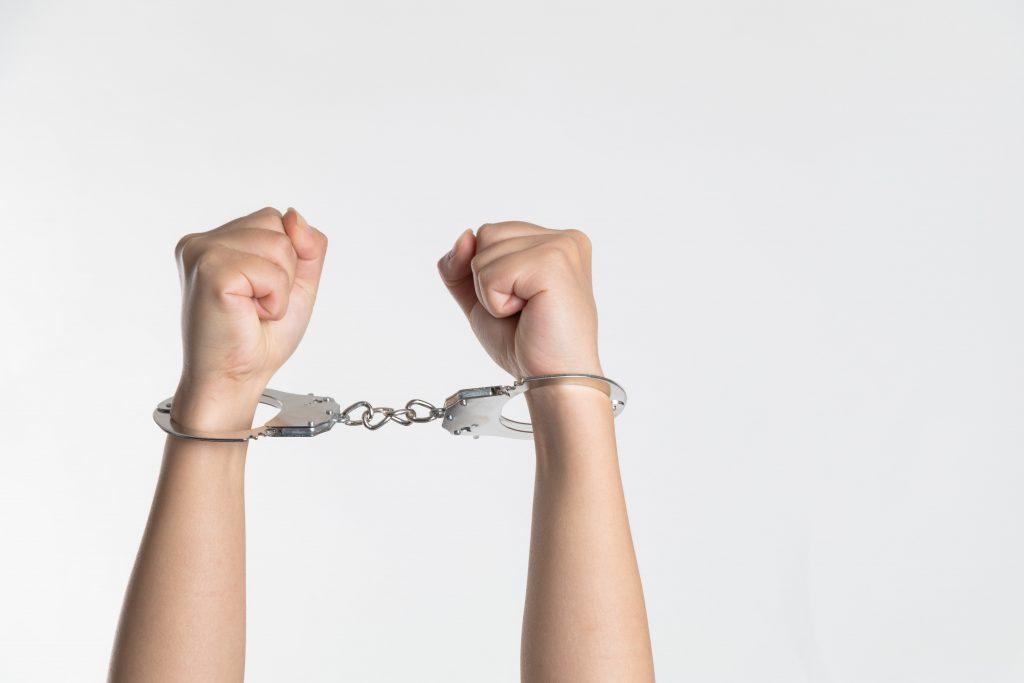 Handschellen Strafbarkeitsrisiko Straftaten Subventionsbetrug Corona-Soforthilfe