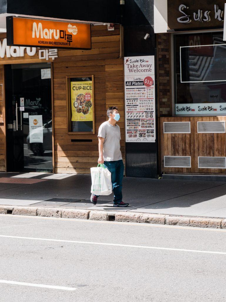 Mann-mit-Maske-Corona-einkaufen-Beschränkung-Subventionsbetrug Corona-Soforthilfe