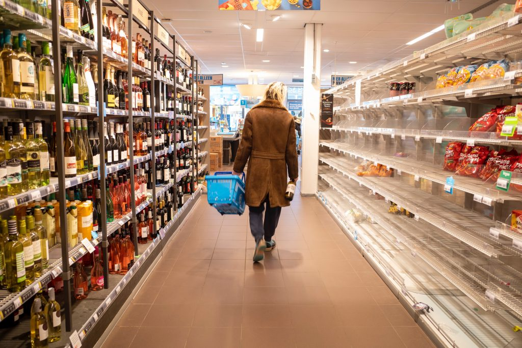 Supermarkt leer Frau Einkauf Corona Covid-19